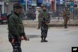 Tentara paramiliter India berjaga di pasar tertutup di Srinagar, Kashmir yang dikuasai India, 23 Februari 2019. (Foto: dok).