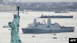 کشتی جنگی ساخته شده از بقایای فولاد برج های دوقلو به آب های نیویورک رسید