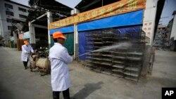 2013年上海一个批发市场工人给鸡笼消毒