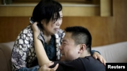 Keluarga penumpang kapal yang tenggelam di Sungai Yangtze, propinsi Hubei, menangis di kantor Xiehe Travel, Shanghai, China, 2 Juni 2015.