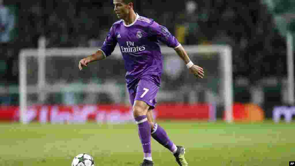 Cristiano Ronaldo, du Real Madrid, contrôle le ballon lors du match de football de la Ligue des champions au stade Alvalade à Lisbonne, le 22 novembre 2016.