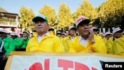 日本农民在东京举行集会反对日本参加美国主导的跨太平洋贸易伙伴协定(TPP)(资料照片)。