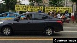 念斌案被害人家属在法院外拉横幅要求严惩凶手。(推特图片)