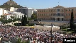 Những người ủng hộ Đảng Cộng sản Hy Lạp diễu hành tới Quốc hội trong cuộc đình công 24 tiếng đồng hồ tại Athens, ngày 26/9/2012