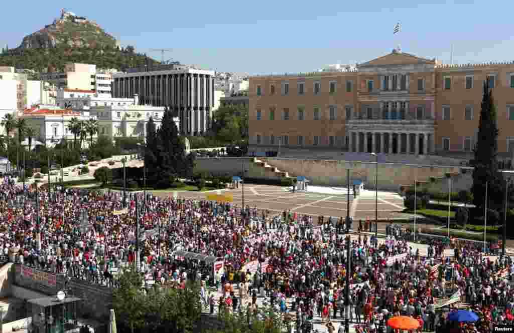 ພວກສະໜັບສະໜຸນພັກຄອມມິວນິສເກຣັກ ພາກັນເດີນຂະບວນໄປຍັງສະພາ ໃນລະຫວ່າງການນັດຢຸດງານ ປະທ້ວງ ໃນນະຄອນຫລວງ Athens, ວັນທີ 26 ກັນຍາ 2012ດ ຊຶ່ງໄດ້ຍັງຜົນໃຫ້ຖ້ຽວບິນຖືກລົບລ້າງ, ການບໍລິການລົດໄຟຢຸດສະງັກ, ຮ້ານຄ້າປິດໝົດ ແລະໂຮງໝໍຮັບບໍລິການແຕ່ກໍລະນີສຸກເສີນເທົ່ານັ້ນ.