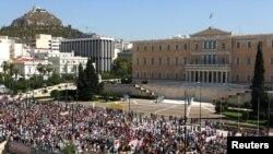 Pristalice grčke Komunisitčke partije marširale su do zgrade parlamenta za vreme 24-časovnog generlanog štrajka u Atini.