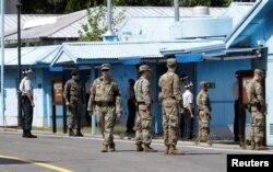 2018年9月7日,韩国和美国军人在韩国非军事区的板门店边境村守卫。