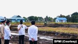 Presiden Jokowi meninjau pengembangan lumbung pangan nasional di Kabupaten Kapuas, Kalimantan Tengah Kamis, 9 Juli 2020. (Foto: Courtesy/BPMI)