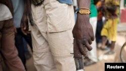 Un membre d'une milice armée anti-Balaka tient son arme dans la ville de Bocaranga, République centrafricaine, le 28 avril 2017.