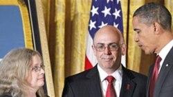 در مراسمی در کاخ سفيد رئيس جمهوری آمريکا مدال افتخار را به والدين سروان «رابرت ميلر» ۲۴ ساله داد.