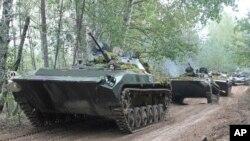 Na ovoj fotografiji od petka, 15. septembra 2017, oklopna vozila vojske Belorusije kreću se u koloni tokom ratnih igara na nepoznatoj lokaciji u Belorusiji. Rusija i Belorusija započele su velike ratne igre u četvrtak, operaciju koja obuhvata hiljade trupa, tenkova i aviona na istočnom obodu NATO-a.
