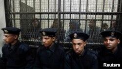 Quelques-uns des 14 Egyptiens accusés de travailler pour des ONG non agréées et de recevoir des dons illégaux de l'étranger (26 fév. 2012)