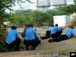 Cảnh sát Kenya bên ngoài trường Đại học Garissa, ngày 2/4/2015.