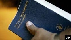 Menos de la décima parte de los hispanos que tienen en su casa una Biblia la leen.