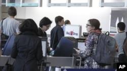 Antrian penumpang salah satu maskapai penerbangan Amerika di bandara Will Rogers, Oklahoma (20/11). Warga Amerika saat ini tengah melakukan perjalanan untuk mengunjungi keluarga dan kerabat dalam liburan Thanksgiving.