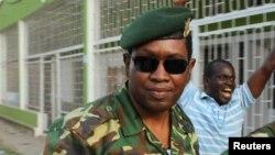 Le général major Godefroid Niyombare à son arrivée à la Radio Publique Africaine (RPA) où il a prononcé son discours mercredi 13 mai 2015 à Bujumbura, au Burundi.