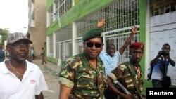Le général Godefroid Niyombare (au centre) à son arrivée à la Radio publique africaine au début de la tentative de putsch le 13 mai 2015.