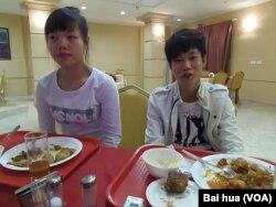 中国选手小丹(左)和小刘 (美国之音白桦拍摄)