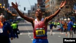 Warga AS keturunan, Eritrea Meb Keflezighi mencapai garis finish pada lomba maraton Boston ke 118 hari Senin (21/4).