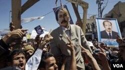 Para demonstran di Yaman menggantung 'boneka' Presiden Ali Abdullah Saleh di Sanaa (foto: dok). HRW mendesak negara-negara Barat mendukung demokratisasi di Timur Tengah dan bukan mempertahankan pemimpin yang mereka dukung.