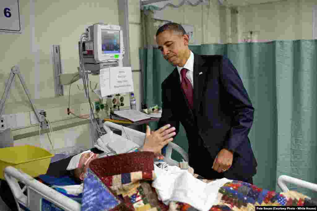 Le président Obama serre la main d'un soldat qui a été blessé quelques heures auparavant, en Afghanistan, le 1 mai 2012.