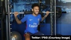 Neymar en salle sur différents appareils de musculation, au centre d'entraînement de Paris Saint-Germain, Paris, 5 mai 2018. (Twitter/PSG)
