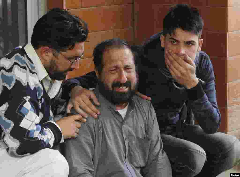 بستگان دانش آموزان زخمی شده در بيمارستان همديگر را تسلی می دهند-- ۲۵ آذر (۱۶ دسامبر)