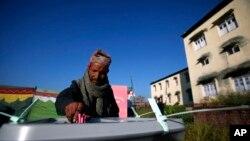 19일 네팔 박타푸르의 투표장에서 유권자가 투표를 하고있다.
