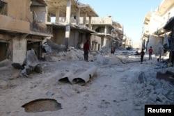 ພວກຄົນ ກວດເບິ່ງ ສະຖານທີ່ໆ ໄດ້ຮັບຄວາມເສຍຫາຍ ຫຼັງຈາກການໂຈມຕີທາງອາກາດ ຕໍ່ຄຸ້ມ Sheikh Fares ຂອງເມືອງ Aleppo ທີ່ຄວບຄຸມໂດຍ ກຸ່ມຕໍ່ຕ້ານລັດຖະບານ ຊີເຣຍ, ວັນທີ 1 ຕຸລາ 2016.