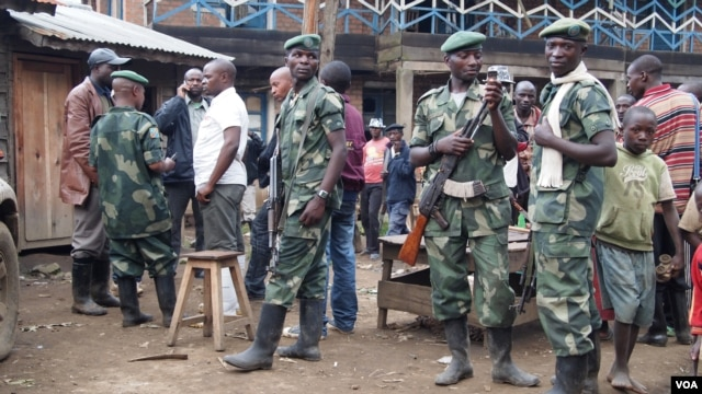 Combatants from Nyatura armed group at ceasefire talks in Lushebere, eastern DRC, Dec. 26,2012 (N. Long/VOA)
