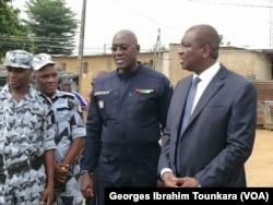 Le ministre de la sécurité en visite à Abobo ce jeudi pour encourager les forces de sécurité, à Abidjan, le 8 juin 2017. (VOA/Georges Ibrahim Tounkara)