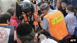 Các nhân viên y tế và cứu nạn của Israel chăm sóc cho người bị thương sau vụ nổ