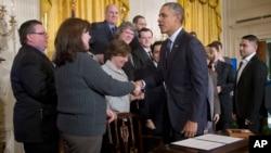 El presidente Obama firmó la orden ejecutiva mientras también hace campaña para que se apruebe un aumento al salario mínimo en todo el país.