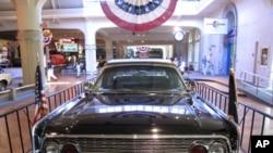 肯尼迪遇刺时的总统专车(后加顶篷及改善防弹功能并继续使用)现存于亨利福特博物馆