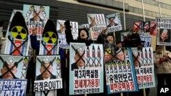 Протесты против ядерных испытаний, проводимых Северной кореей. Сеул, Южная Корея. 12 февраля 2013 года