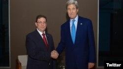El secretario de Estado, John Kerry, y el canciller cubano, Bruno Rodriguez, estrechan manos antes de la histórica reunión en Panamá.