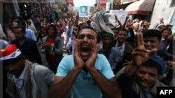 Người biểu tình chống chính phủ Yemen hô khẩu hiệu trong cuộc tuần hành ở thành phố Taiz đòi đưa Tổng thống Ali Abdullah Saleh ra xét xử