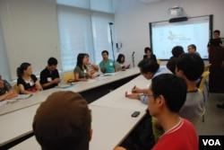 約700名第一次佔中商討日的參加者,被主辦單位分成約40個小組,在港大的課室內進行分組討論(美國之音湯惠芸)