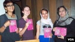 Kalangan muda antusias hadir dalam peluncuran Buku Komik tentang Perempuan Pemimpin di Aceh, hari Senin 9/3 (foto: VOA/Budi Nahaba).
