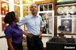 ປະທານາທິບໍດີສະຫະລັດ ທ່ານບາຣັກ ໂອບາມາ ໄດ້ຮັບການນຳທ່ຽວຊົມ ພິພິດທະພັນ ຂອງ Bob Marley ຈາກ ນາງ Natasha Clark ພະນັກງານປະຈຳພິພິດທະພັນ ໃນ ນະຄອນຫລວງ Kingston ປະເທດຈາໄມກາ, ວັນທີ 8 ເມສາ 2015.