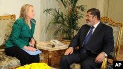 აშშ-ს სახელმწიფო მდივანი ჰილარი კლინტონი და ეგვიპტის პრეზიდენტი მოჰამედ მორსი. კაირო, ეგვიპტე, 21 ნოემბერი, 2012 წ.