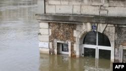 """巴黎市咖啡馆""""Les Nautes""""部分淹没在塞纳河水中。(2018年1月28日)"""