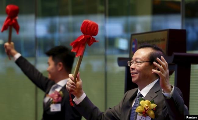 中国华融资产管理有限公司的股票2015年10月30日在香港股市上市,该公司董事长赖小民敲锣。 这个不良债务管理公司此举筹集了23亿美元。