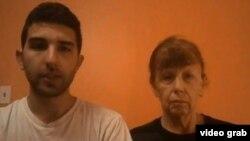 تصویر پائولا و جردن سامرز، مادر و برادر لوک سامرز، گروگان آمریکایی القاعده یمن، که در یک پیام ویدئویی خواستار آزادی او شدند.