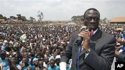 Kizza Besigye mgombea kiti cha rais Uganda akizungumza kwenye mkutano wa kampeni katika tarafa ya Rubaga mjini Kampala, Uganda,