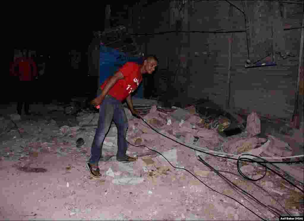 منہدم عمارت کا ملبہ زمین پر پڑا ہے
