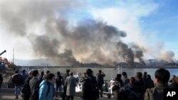 De la fumée montant de l'île de Yeonpyeong