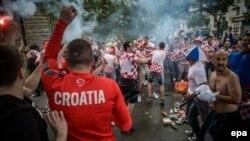 Des supporters croates se réunissent en dehors du stade avant que le match entre la Turquie et la Croatie au Parc des Princes à Paris, France, 12 juin 2016. epa/ CHRISTOPHE PETIT TESSON