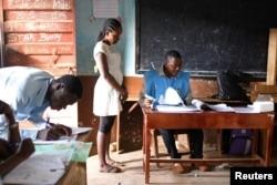 Suasana pemilihan Presiden di salah satu TPS di Freetown, Sierra Leone March 7, 2018.