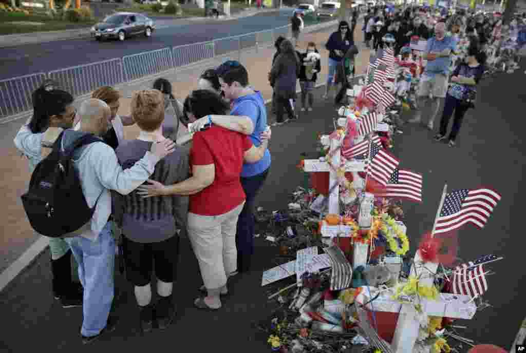 دعای دسته جمعی گروهی از مردم در مراسم یادبود قربانیان حادثه تیراندازی در یک فستیوال موسیقی در لاس وگاس.